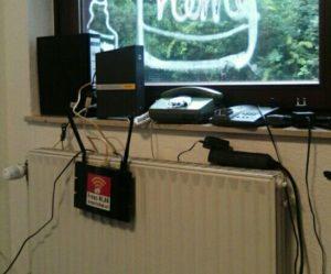 Fensterbrett auf dem eine Vodafone-Kabelbox steht. An der Heizung davor wurde mit Tesafilm ein Freifunk-Router festgeklebt